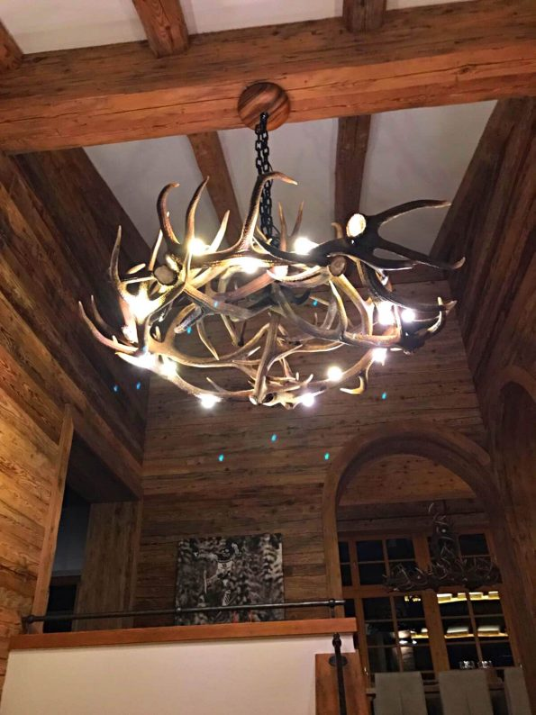 Hirschgeweih Lampe in einem Chalet