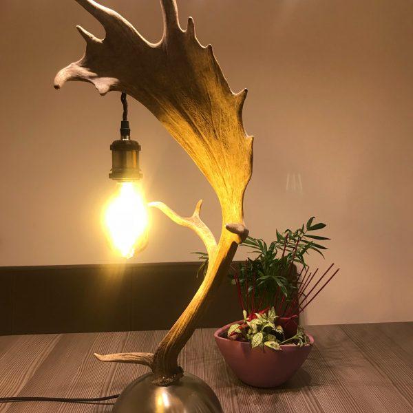 geweih tischlampe, geschenke für Jäger, tischlampe aus geweih, nachttischlampe geweih, Geweihluster, Geweihluster Österreich, Geweihlampe, Geweih Kronleuchter, Kronleuchter Geweih, Geweih Kronleuchter, Hirschgeweih Luster, antler chandelier, antler lamp, chalet architektur, chalet einrichtung, chalet lampe, landhaus lampe, landhaus stil, landhaus moder, chalet modern, geweihlampe modern, geweihluster modern, moderne chalet einrichtung