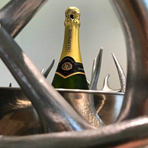 Geweihmöbel, Geweihdeko, Hirschgeweihdeko, Weinhalter, Weinflaschenhalter, Geburtstagsgeschenk für Jäger, Personalisiertes Geschenk, Damhirschgeweih, sektkühler, champagnerkühler, flaschenkühler, präsentation, silber, chrom, party, veranstaltung, buffet, geweih deko, geweihmöbel, hirschgeweih, rothirsch