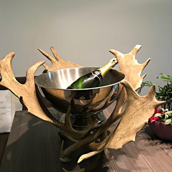 Geweihmöbel, Geweihdeko, Hirschgeweihdeko, Weinhalter, Weinflaschenhalter, Geburtstagsgeschenk für Jäger, Personalisiertes Geschenk, Damhirschgeweih, sektkühler, champagnerkühler, flaschenkühler, präsentation, natur, echtes geweih, hirschhorn, party, veranstaltung, buffet, geweih deko, geweihmöbel, hirschgeweih, rothirsch, damhirsch, schaufel, silber, kelch, einzigartig, extravagant, ausßergewöhnlich