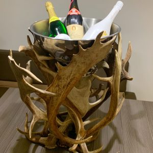sektkühler, champagnerkühler, flaschenkühler, damhirsch, oh my deer, johannes forkl, österreich, manufaktur, hirschgeweih, abwurfstange, großer Champagner Kühler, hirschgeweih kühler, sektkühler chalet, chalet sektkühler, champagnerkühler alpin, champagnerkühler chalet, hirschgeweih deko für das Wohnzimmer